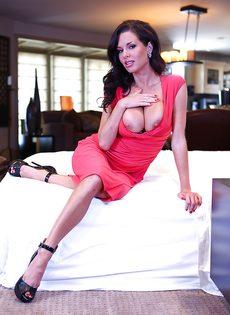 Очередной разврат от сексапильной грудастой брюнетки Veronica Avluv - фото #1