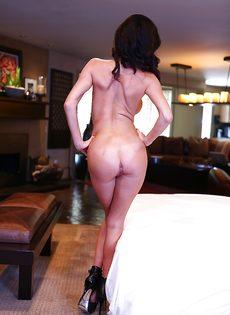 Очередной разврат от сексапильной грудастой брюнетки Veronica Avluv - фото #9