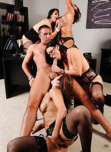 Сногсшибательные девушки трахнулись с парнем в порядке очереди - фото #4