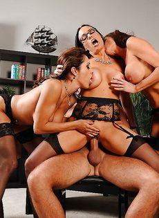 Сногсшибательные девушки трахнулись с парнем в порядке очереди - фото #5
