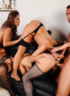 Сногсшибательные девушки трахнулись с парнем в порядке очереди - фото #11