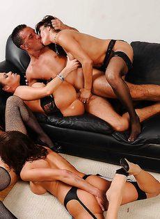 Сногсшибательные девушки трахнулись с парнем в порядке очереди - фото #15