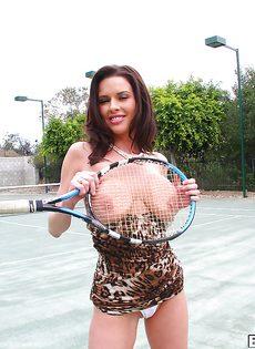 Грудастая стерва Вероника Авлув на теннисном корте - фото #12