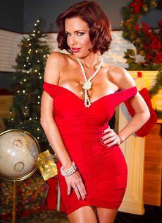 Очень сексуально снимает с себя трусики красного цвета - фото #2