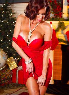 Очень сексуально снимает с себя трусики красного цвета - фото #6