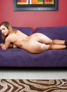 Симпатичная молодка разделась догола и развлеклась на диване - фото #16