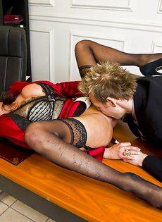 Темпераментный мужчина оприходовал любовницу в черных чулках - фото #2