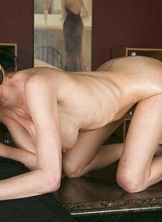Зрелая брюнетка взяла в рот пенис лысого мужичка - фото #11