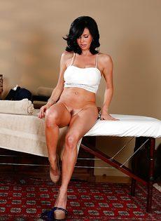 Шикарная брюнетка с большими сиськами пришла на массаж - фото #7