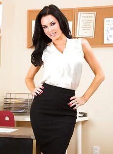 Сексапильная и гламурная секретарша в эротическом нижнем белье - фото #1