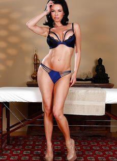 Сучка Veronica Avluv раздевается догола в массажном кабинете - фото #5