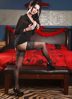 Брюнетистая мадам демонстрирует интимные части тела в разных ракурсах - фото #4
