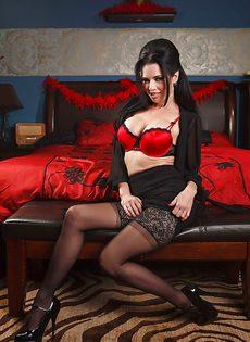 Брюнетистая мадам демонстрирует интимные части тела в разных ракурсах - фото #5
