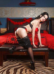 Брюнетистая мадам демонстрирует интимные части тела в разных ракурсах - фото #7