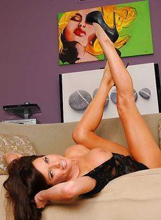 Женщина с большой грудью занимается вагинальной мастурбацией - фото #11