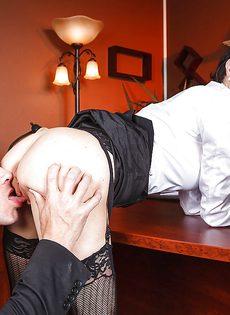 Подкачанный лысый парень вгоняет пенис во взрослую стерву - фото #1
