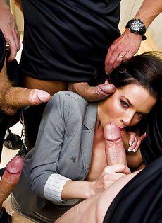 Страстную мадам пустили по кругу и хорошенько трахнули - фото #3