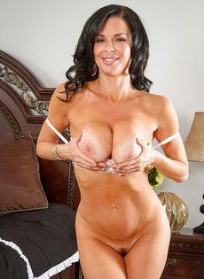 Очередная эротическая фото сессия от зрелой брюнетки - фото #7