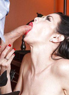 Секретарша с глубокой глоткой ласкает пенис лысого начальника - фото #11