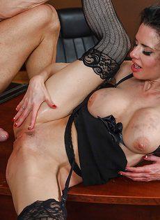 Секретарша с глубокой глоткой ласкает пенис лысого начальника - фото #15