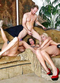 Три сногсшибательные зрелые сучки трахнулись с одним мужичком - фото #12
