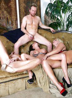 Три сногсшибательные зрелые сучки трахнулись с одним мужичком - фото #14