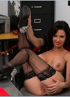 Сучка осталась в офисе и помастурбировала вагинальную дырку - фото #16