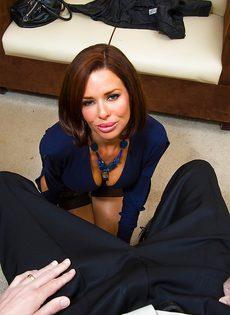 Красотка Вероника лежит на столе и принимает пенис в себя - фото #1
