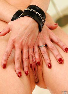 Взрослая потаскуха трогает бритую киску и сладко постанывает - фото #9