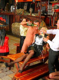 Пьяных девушек развели на страстное групповое совокупление - фото #1