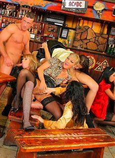 Пьяных девушек развели на страстное групповое совокупление - фото #6