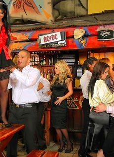 Пьяных девок легко развели на групповое половое сношение - фото #5