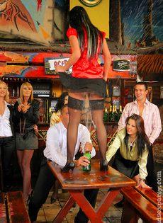 Пьяных девок легко развели на групповое половое сношение - фото #9