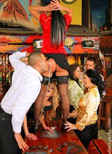 Пьяных девок легко развели на групповое половое сношение - фото #10