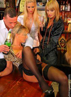 Пьяных девок легко развели на групповое половое сношение - фото #16