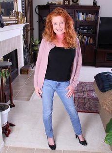 Рыжая старушка Veronica Smith снимает джинсы и показывает пизду - фото #1