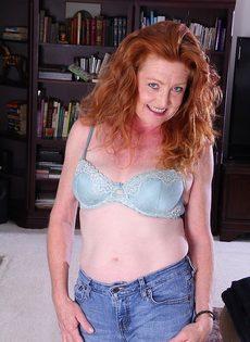 Рыжая старушка Veronica Smith снимает джинсы и показывает пизду - фото #3