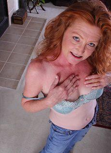 Рыжая старушка Veronica Smith снимает джинсы и показывает пизду - фото #6