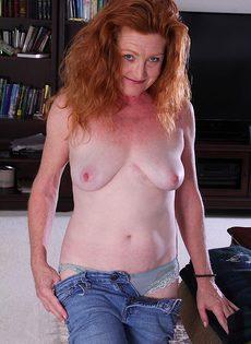 Рыжая старушка Veronica Smith снимает джинсы и показывает пизду - фото #10