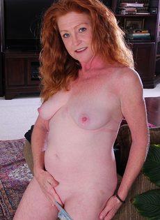 Рыжая старушка Veronica Smith снимает джинсы и показывает пизду - фото #12