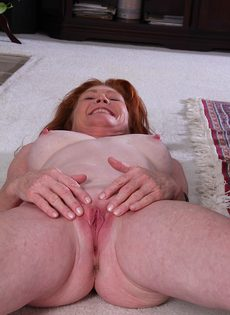 Рыжая старушка Veronica Smith снимает джинсы и показывает пизду - фото #15