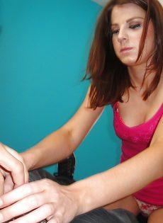 Молодая студентка дрочит пенис паренька стройными ножками - фото #1