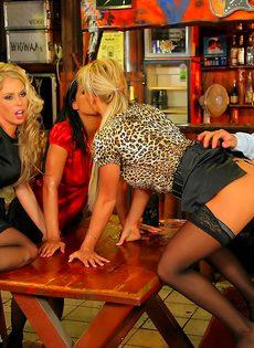 Развратный групповой секс с красавицами в баре - фото #3