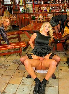 Развратный групповой секс с красавицами в баре - фото #12