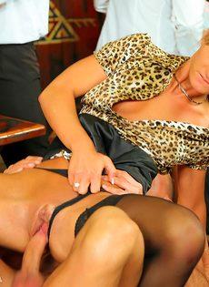 Развратный групповой секс с красавицами в баре - фото #14