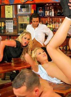 Развратный групповой секс с красавицами в баре - фото #16