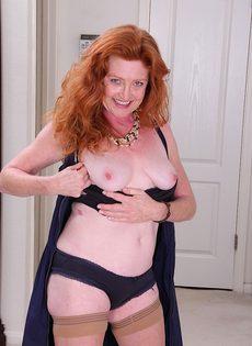 Рыжая баба в телесных чулках хочет трахаться - фото #5