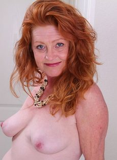 Рыжая баба в телесных чулках хочет трахаться - фото #6