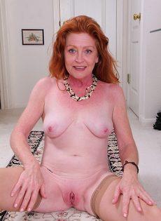 Рыжая баба в телесных чулках хочет трахаться - фото #9