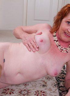 Рыжая баба в телесных чулках хочет трахаться - фото #10